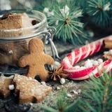 在木桌上的圣诞节自创姜饼人曲奇饼 库存照片