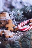 在木桌上的圣诞节自创姜饼人曲奇饼 库存图片