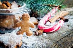 在木桌上的圣诞节自创姜饼曲奇饼 免版税库存图片