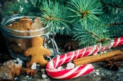 在木桌上的圣诞节自创姜饼曲奇饼 图库摄影