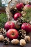 在木桌上的圣诞节苹果 免版税库存照片