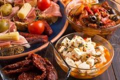 在木桌上的地中海快餐-塔帕纤维布 库存照片
