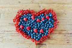 在木桌上的夏天有机莓果 农业,从事园艺和收获概念 库存图片