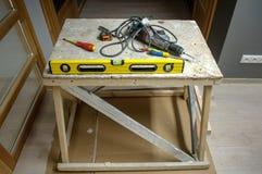 在木桌上的多个建筑工具在新房办公室 库存图片