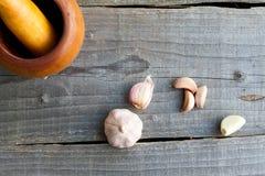 在木桌上的大蒜 库存照片