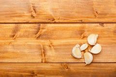 在木桌上的大蒜 免版税图库摄影