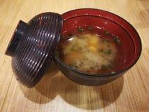 在木桌上的大酱汤 免版税库存图片
