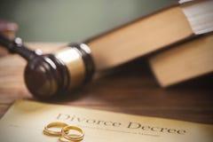在木桌上的婚戒 库存图片