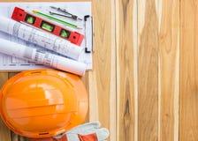在木桌上的安全设备和工具箱 库存图片