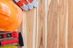 在木桌上的安全设备和工具箱 免版税库存图片