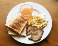 在木桌上的容易的美国早餐 库存照片