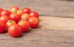 在木桌上的小组红色蕃茄 免版税库存图片