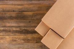 在木桌上的工艺箱子 免版税库存图片