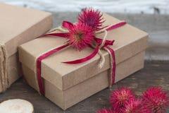 在木桌上的工艺纸包裹的手工制造礼物 库存图片
