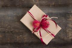 在木桌上的工艺纸包裹的手工制造礼物 免版税库存照片