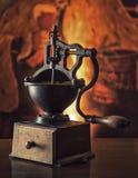 在木桌上的巨大的老磨咖啡器 被定调子的葡萄酒 免版税图库摄影