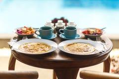 在木桌上的巴厘语早餐 免版税库存照片