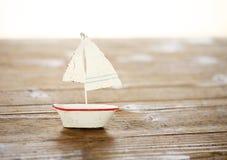 在木桌上的帆船 库存图片