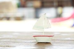 在木桌上的帆船 免版税库存照片