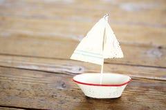 在木桌上的帆船 图库摄影