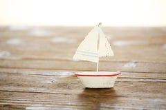 在木桌上的帆船 免版税库存图片
