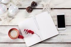 在木桌上的开放笔记本与电话 库存照片