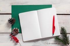 在木桌上的开放笔记本与笔 库存照片