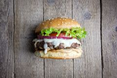 在木桌上的开胃乳酪汉堡 免版税库存照片