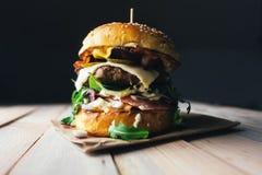 在木桌上的开胃乳酪汉堡 免版税库存图片