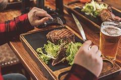 在木桌上的开胃多汁肉 免版税库存照片