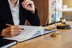 在木桌上的惊堂木和女性律师或者法官与ag一起使用 免版税库存照片