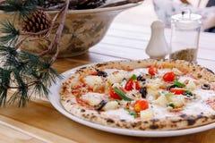 在木桌上的意大利鲜美薄饼 库存图片