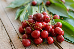 在木桌上的成熟樱桃 免版税库存照片