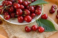 在木桌上的成熟樱桃 库存照片
