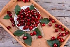 在木桌上的成熟樱桃 免版税图库摄影