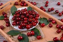 在木桌上的成熟樱桃 图库摄影
