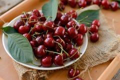 在木桌上的成熟樱桃 免版税库存图片
