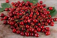 在木桌上的成熟樱桃 库存图片