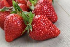 在木桌上的成熟草莓 库存图片