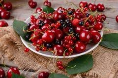 在木桌上的成熟莓果 库存图片