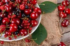 在木桌上的成熟莓果 免版税库存图片