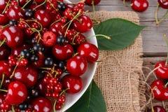 在木桌上的成熟莓果 免版税库存照片