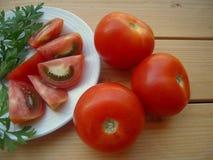 在木桌上的成熟蕃茄 免版税图库摄影