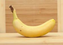 在木桌上的成熟香蕉 免版税库存照片