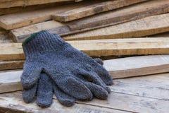 在木桌上的手套 免版税库存照片