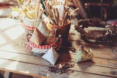 在木桌上的手工制造复活节装饰在舒适乡间别墅,被定调子的葡萄酒里 免版税库存图片