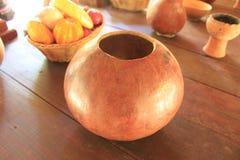 在木桌上的手工制造花瓶 库存图片