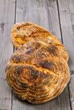 在木桌上的手工制造面包大面包 免版税库存照片