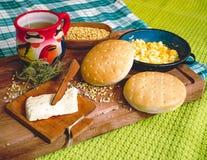 在木桌上的拉丁美洲的早餐 免版税库存照片