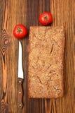 在木桌上的拉伊家制面包 免版税库存图片